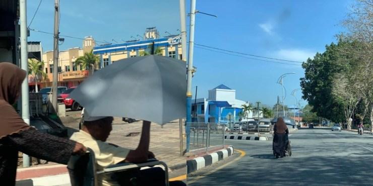 """""""Gigih Sorong Kerusi Roda Berkilo Meter Ke Masjid.."""" Kasih Sayang Isteri Temani Suami Demi Tuntutan"""