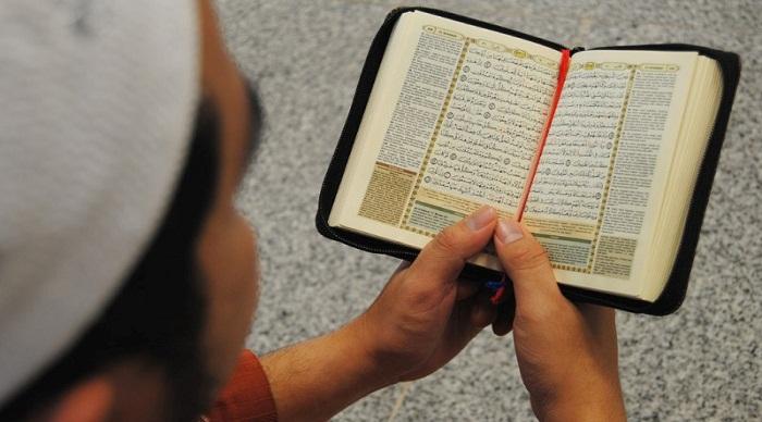 Hukum Memegang Dan Membaca Al-Quran Daripada Mushaf Atau Telefon Pintar Ketika Solat